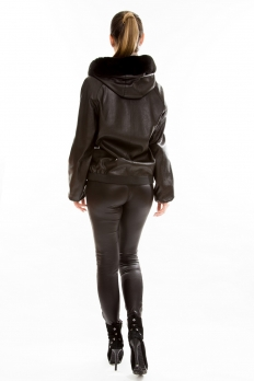 Кожаная куртка на молнии с капюшоном из меха песца